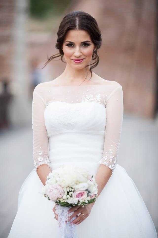Lovely makeup for a brunette bride.
