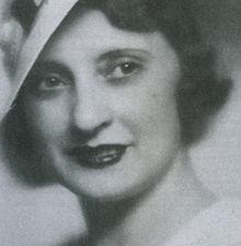 Maria Luz Morales (1889-1980), periodista y escritora española que en 1924 se incorporó a La Vanguardia, en la sección de cinematografía. En esta época, en la que firmaba sus artículos bajo el seudónimo de Felipe Centeno, la productora Paramount Pictures se interesó por su trabajo. Tras una entrevista (desconocían que fuese una mujer) fue contratada por la productora estadounidense, como responsable de la asesoría literaria de sus películas…