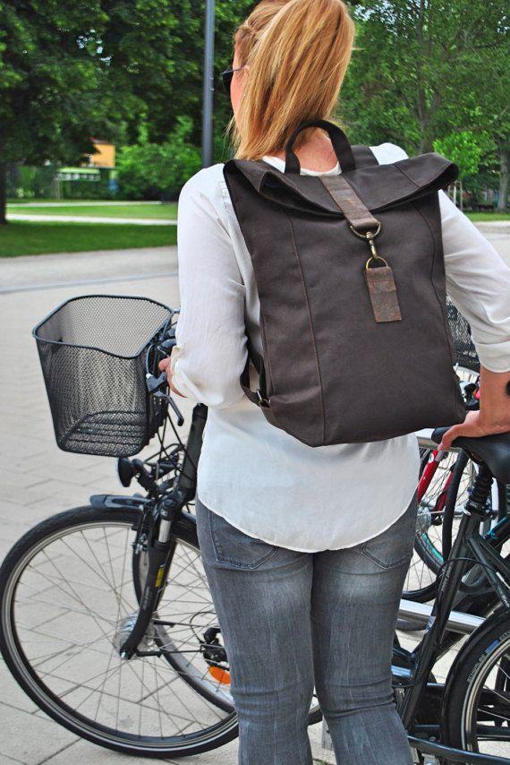 Aufgrund der hohen Nachfrage zur Zeit ca. 2-3 Wochen Lieferzeit ab Bestellung! Canvas Rucksack, Lederdetails, wasserabweisend, Laptop Tasche, groß, Herren Rucksack, Damen Rucksack, Reise Tasche, UNISEX  Der Rucksack ist sportlich dezent cool und lässig.  Die Tasche ist aus robustem Segeltuch und Fettleder . Das Material ist wasserabweisend und es bekommt durch häufiges tragen ihren individuellen old style character. Schöner, schlichter Rucksack, die man sehr gut für den Alltag tragen kann…