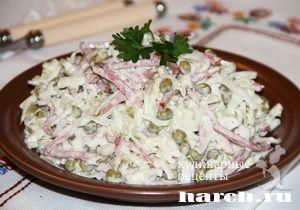 Салат из капусты с копченой колбасой Мукачевский, salaty myasnye salaty