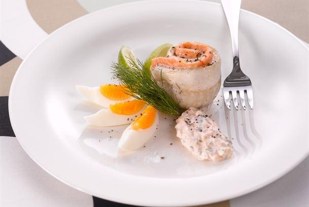 Sujauta kuha- tai kirjolohifileerullien sisään kylmäsavustettua kirjolohta. Tämä sopii niin arki- kuin viikonloppuruoaksikin. Tarjoile kalarullia rémouladekastikkeen kanssa. http://www.valio.fi/reseptit/savulohirullat-remouladekastike/