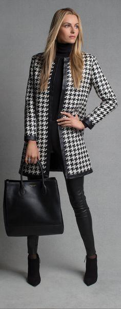 Manteau pied-de-poule noir et blanc : luxueux et sophistiqué, le manteau Adelle est rehaussé de bandes en agneau souple tissées formant un superbe motif pied-de-poule. Mettez ce manteau en valeur avec un col roulé noir et un pantalon skinny en cuir.