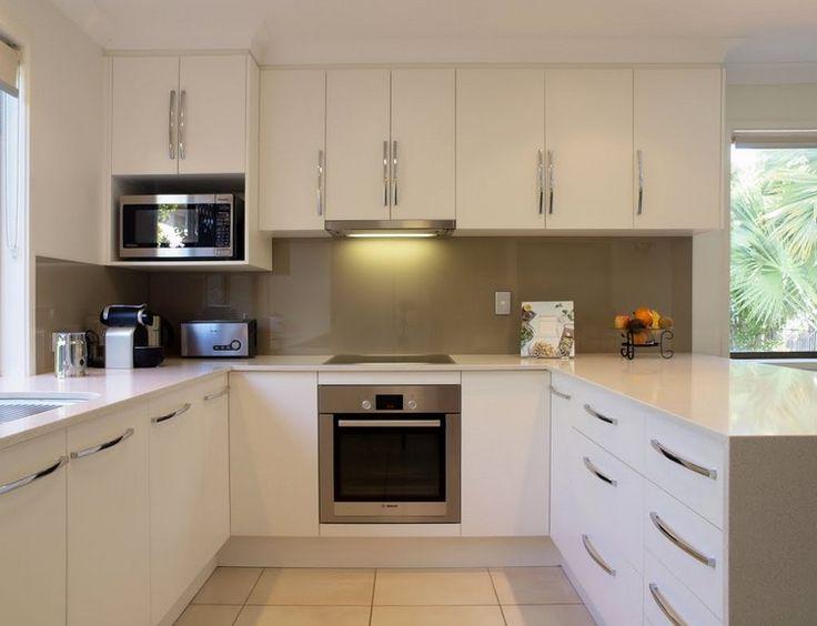 cuisine en U blanche et taupe avec four encastré et plaques à induction