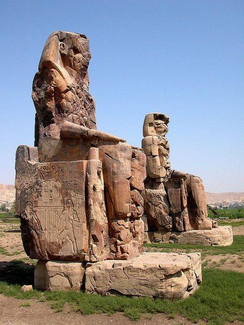 Los Colosos de Memnón (conocido por los lugareños como el-Colossat, o es-Salamat) son dos estatuas de piedra maciza del faraón Amenhotep III. 3400 años se han pasado en la necrópolis tebana, al otro lado del río Nilo desde la ciudad de Luxor
