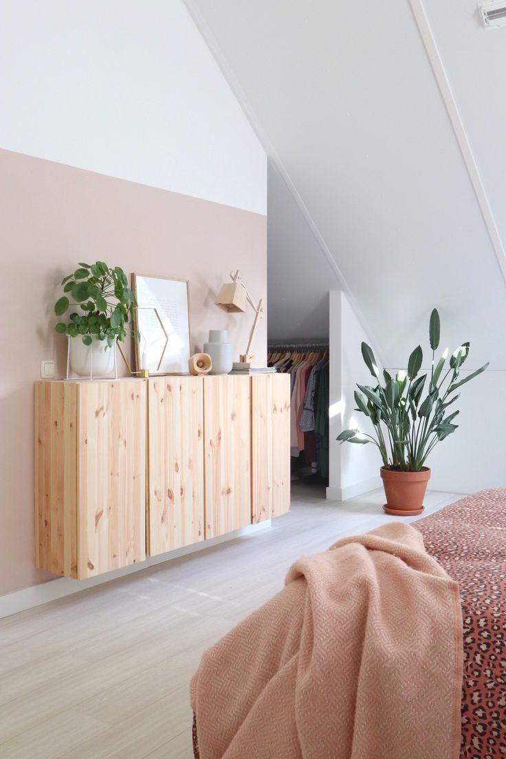 Ein romantisches Schlafzimmer mit Rosatönen, Pflanzen und dem Ivar-Schrank.
