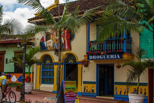 Colorful streets of Guatapé, Antioquia, Colombia (by 2spacesNoTabs).