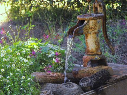 Rustic fountain idea: Gardens Ideas, Rustic Gardens, Water Features, Rustic Charms, Gardens Fountain, Vintage Stuff, Old Hands, Fountain Ideas, Water Pumps