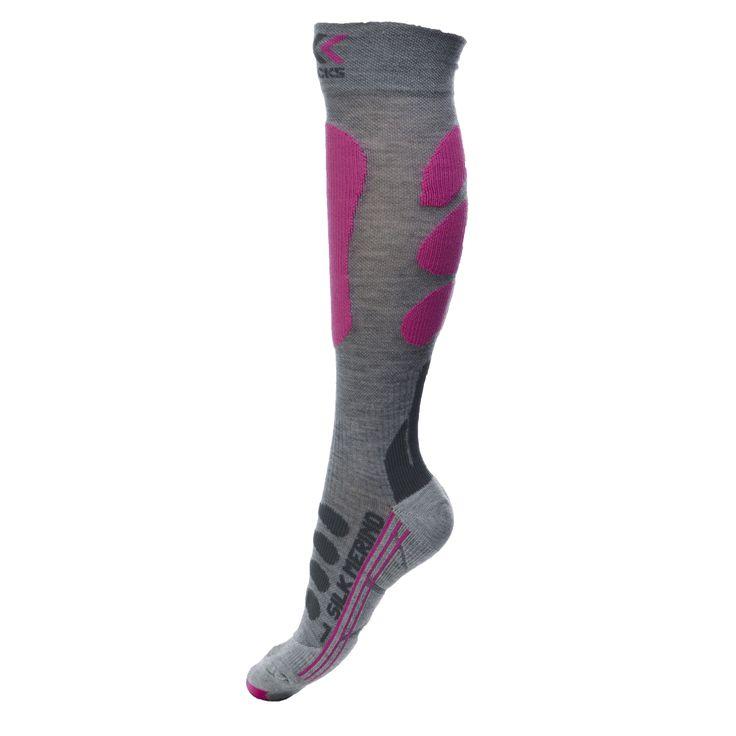 X-Socks heeft met innovatieve technologieën voor een doorbraak gezorgd en het ideale blote voeten klimaat gecreëerd. Je voeten blijven vrij van blaren, schaafwonden en beurse plekken. Ook aan comfort is gedacht: X-socks skisokken geven je het gevoel op blote voeten te lopen, zelfs wanneer je schoenen draagt. Het natuurlijke pompeffect van de bewegende voetboog wordt gebruikt om warme, vochtige lucht uit de schoen weg te voeren en frisse lucht aan te voeren. De verschillende compressiezones…