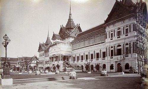 Thái Lan xưa và nay Link: https://vn.city/thai-lan-xua-va-nay.html #TintucVietNam - #VietNam - #VietNamNews - #TintứcViệtNam Bộ ảnh từ năm 1890 mang lại cho du khách những cái nhìn khác về đất nước Chùa Vàng.     Đại Hoàng cung Grand Palace ở Bangkok không có nhiều du khách vào năm 1892 nhưng ngày nay, đây là điểm đến không thể bỏ qua đối với bất kỳ ai lần đầu tiên ghé thăm thủ đô Thái