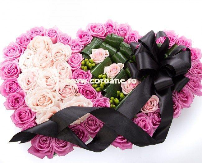 Coroana funerara 2 inimi, pline de trandafiri pentru un omagiu de neuitat!