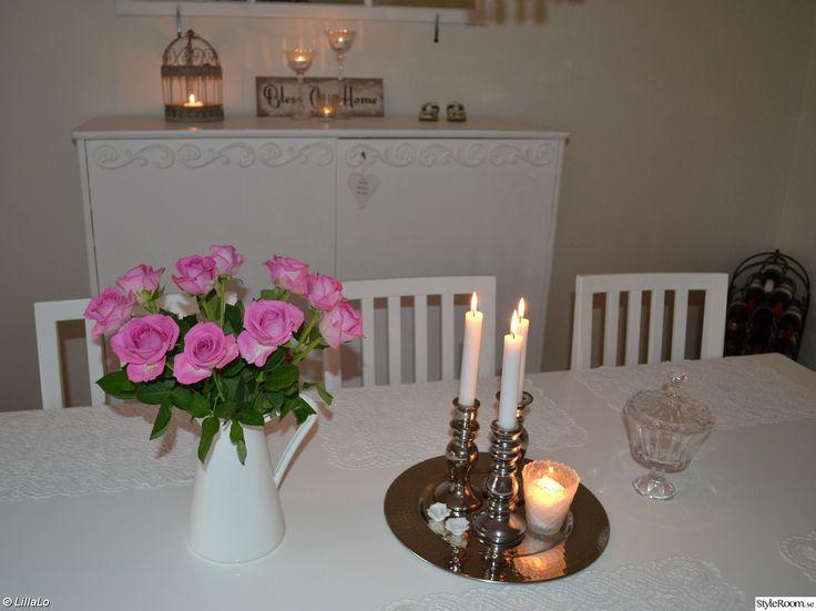 linneskåp,bord,stolar,ljus,ljusfat,ljusstakar,ljuslykta,glasskål,kanna,rosor,plåtskylt,spegelfönster,vitt,rosa,romantiskt,lantligt,shabby chic