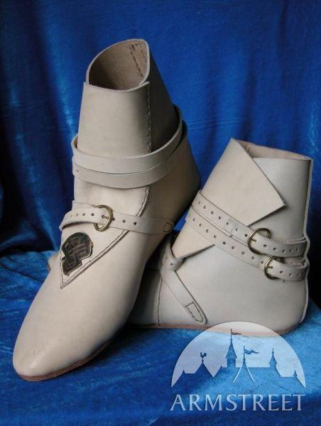 Queste calzature vengono prodotte in vero stile medievale. Le scarpe sono confezionate a mano  in vera pelle. Per rimanere fedeli all'originale storico anche le suole sono in pelle.