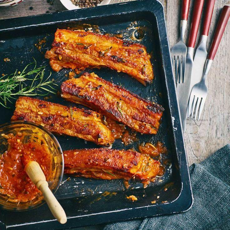 Die marinierten Rippchen werden zuerst im Ofen gegart und dann auf dem Grill knusprig gebraten.