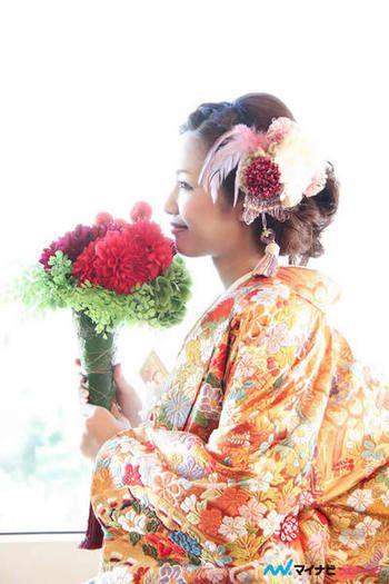 ひとつひとつ刺しゅうされた立体的な花柄が美しい着物は、女性の魅力を最大限まで高めてくれます。 また着こなすコツとして、髪飾りをシックにし過ぎないことが挙げられます。写真のようにフェザーを使った少し洋風なデザインにすると一気に現代風になります。
