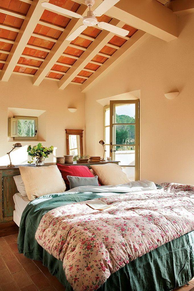 Dormitor spatios, la etaj, cu deschidere catre terasa