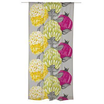 Den underbara Artisokka gardinen är designad av Saara Kurkela för det finska varumärket Vallila. Som namnet säger består mönstret av en stor kronärtskocka som omges av mindre blommor och bär. Färgerna är inspirerade av den skandinaviska våren när ljuset är rikligt. Häng gardinen i vardagsrummet eller varför inte i köket