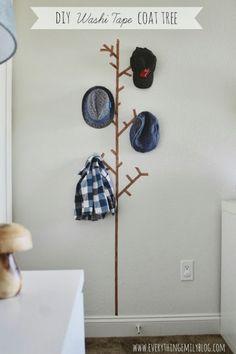 玄関や廊下には、おしゃれな帽子スタンドを作ってみてはいかがでしょう?わざわざ買わなくても、マスキングテープならフックを付けるだけで簡単に作れちゃいます。クリスマスにはモミの木を描いて、フックにオーナメントを飾っても素敵♪