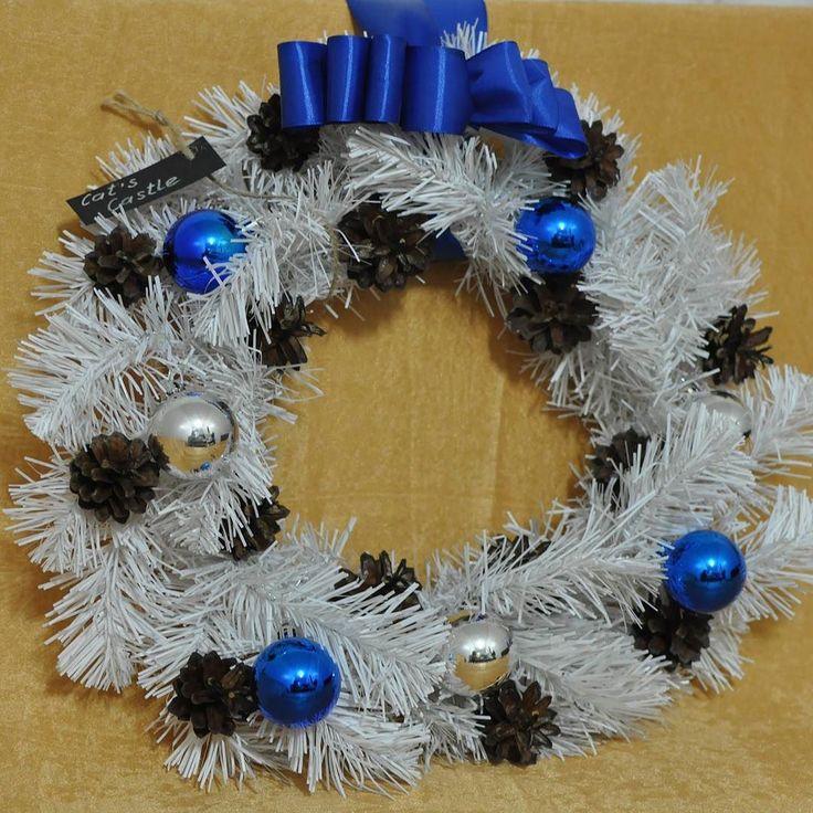 Вечерний снегопад  Венок создан из хвойных ветвей белого цвета украшен натуральными шишками синими и серебряными шарами а также синим бантом. На венке присутствует лейбл мастерской съемный.  Размер: 40 см  Цена: 2500 руб