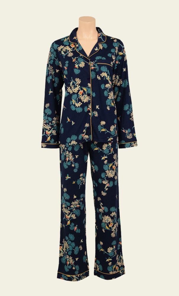 King Louie voor in bed! Deze pyjama in Aziatische stijl is gemaakt van een fijne jersey stof en bestaat uit een jasje en een broek met elastische taille band die extra strak kan worden aangetrokken met een touwtje. Geleverd in mooie cadeauverpakking.