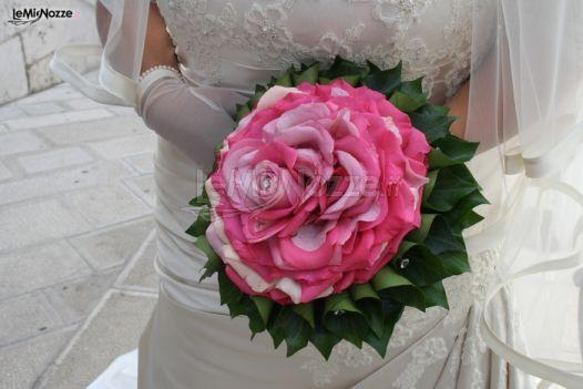 http://www.lemienozze.it/gallerie/foto-bouquet-sposa/img27814.html Bouquet sposa creato con tanti petali di rosa