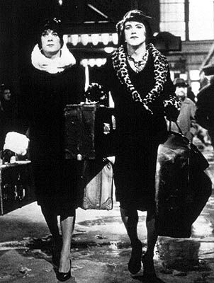 "Joe ""Josephine"" and Jerry ""Geraldine (Daisy)"" arrives the station in Some Like it Hot (1959) - R_10.01.2013"