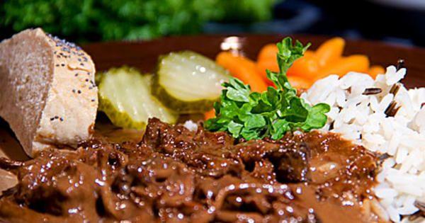 Höstig älggryta med vildris, lingon grönsallad och hemmabakad painriche. Receptet räcker till cirka 4 personer.