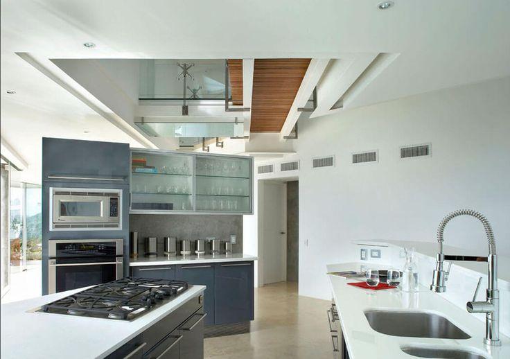 La cuisine est ouverte légèrement délimitée par un meuble haut où se trouvent le four et le micro-ondes