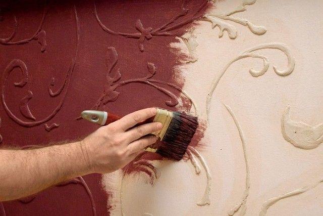 🌟 Объемный рельеф на стенах по трафарету, фрескорельеф  Для объемной отделки стены нам понадобятся: Лист плотного картона 50 x100 cм; малярная лента; наждачная бумага; гипсовая шпаклевка; грунтовка; акриловая краска; ножик; шпатель; штукатурный стек; кисточка; пульверизатор; скребок; масляный фломастер.  Лист плотного картона кладем на твердую поверхность, рисуем на нем подготовленный узор и вырезаем трафарет.  Прикрепляем трафарет на стене малярной лентой, в отверстия равномерно наносим…