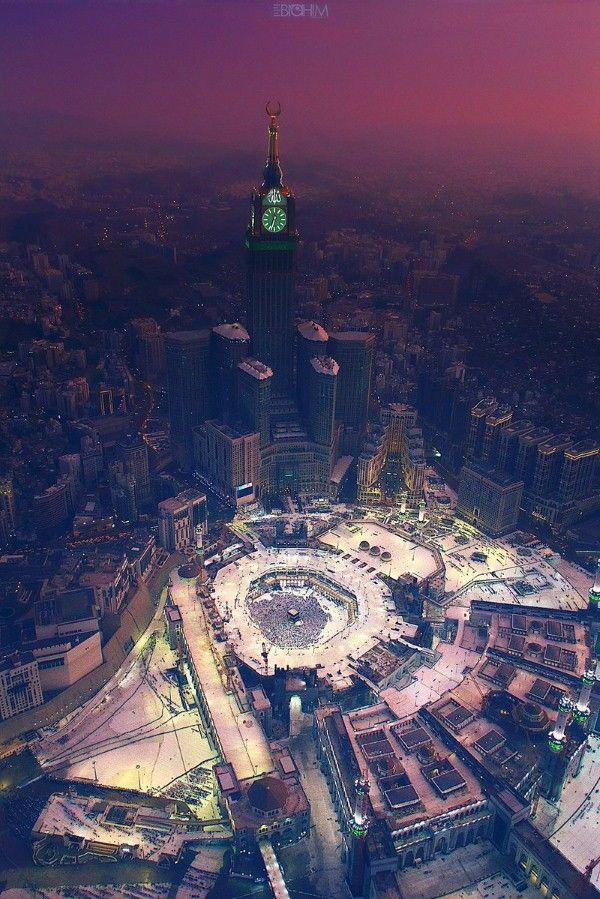 مشهد جميل لبرج ساعة مكة وسط المباني في مكة المكرمة والم طلة على الحرم المكي الشريف Mecca Kaaba Mecca Wallpaper Masjid Al Haram