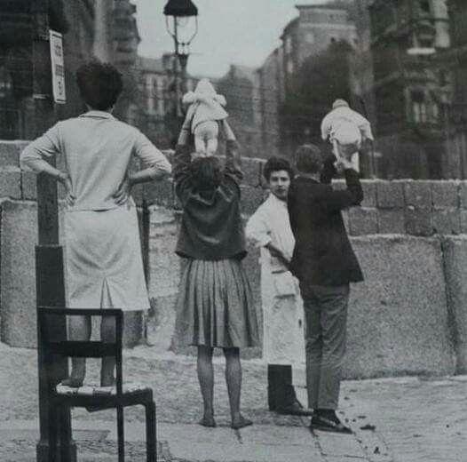 Berlin Duvarı... Batı Berlin'de yaşayanlar, Doğu Berlin'deki akrabalarına çocuklarını gösteriyorlar. 1961