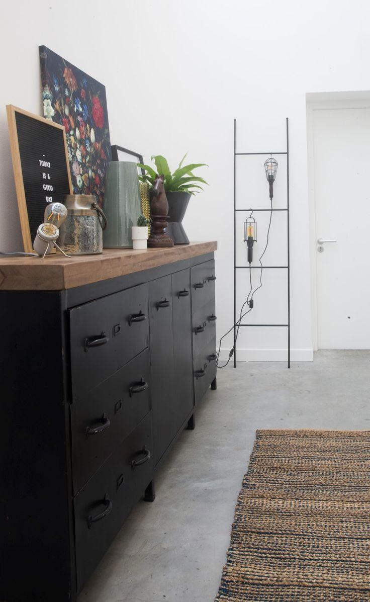 Trendhopper ● Stoere en tijdloze dressoir Florida van zwart metaal en massief hout. Canvas bloemen, Retro letterbord, Siem wandrek en zwart metalen hanglampen Worker.