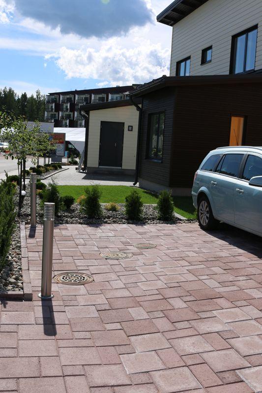 Asuntomessut 2015, Vantaa Kivistö, Rubiinikehä 10, Kartanokivet ja -laatta, ruskea. http://www.rudus.fi/pihakivet