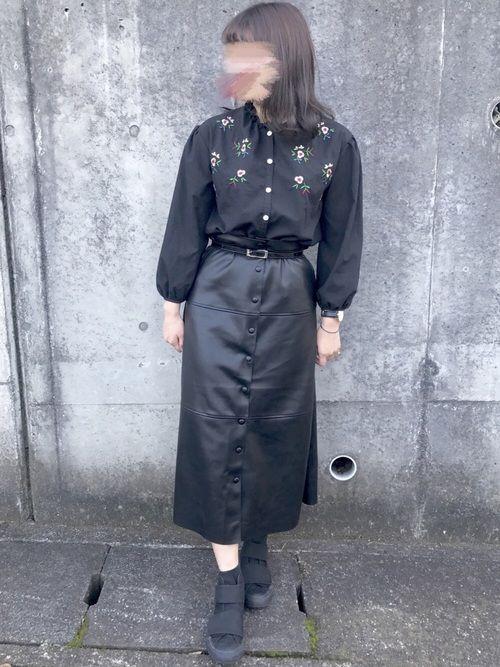 えー。今日も黒ですね。はい💭 ZARAのレザースカート可愛い…🤤 トップスは刺繍ブラウスで合わせ