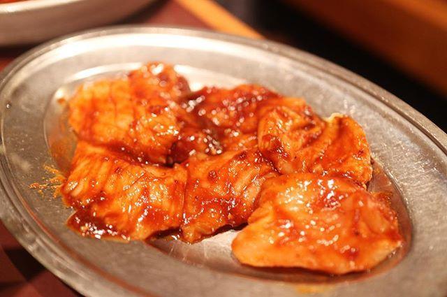 上ミノ コリコリ♪ …… 家から徒歩10分強の食楽園。 ほんとは教えたくないけど まぁ教えたとこでわざわざこんなとこに来る人もいないか笑 お肉は上がつくものを頼めばまず間違いない。 そして何よりサイドメニューの韓国系の料理がかんなり美味いっ! ユッケ、センマイ刺しうまー! 店内は有名人、スポーツ選手のサインが多数っ! …… ユッケ センマイ刺し 特タン塩 上ハラミ 上ロース 上ミノ 蒸し豚三枚肉 サンチュ キムチ盛り合わせ タルケジャンスープ …… #焼肉 #肉 #meat #beef #鶴見 #韓国料理 #koreanfood #gourmet #グルメ #food #foodpics #instafood #foodstagram #delicious #followme #食べ歩き #写真好きな人と繋がりたい #写真撮ってる人と繋がりたい #ファインダー越しの私の世界 #tokyocameraclub #東京カメラ部 #yummy #team_jp_ #instagood #instapic #instadaily #instalike #カドログ