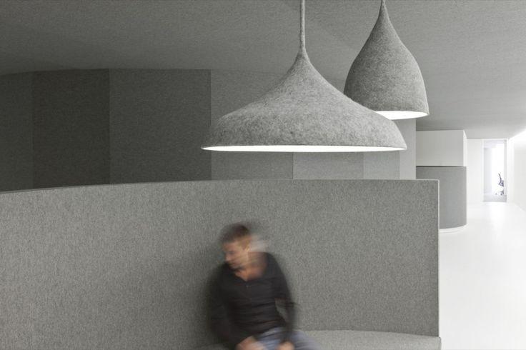 In questo ufficio il feltro è stato utilizzato su pavimenti, soffitti, pareti e per creare mobili e lampadari . Il risultato che ne deriva è di assoluta armonia e sofisticata semplicità!