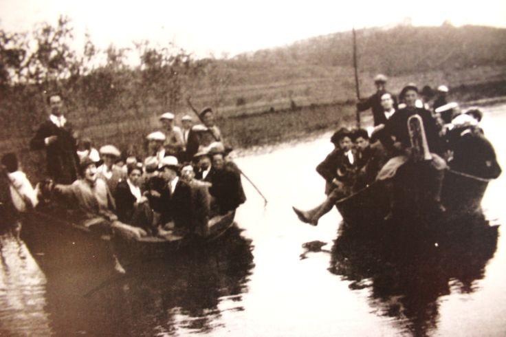 Pontigiani in gita sul canale del Capannone con due navicelli - 1930.