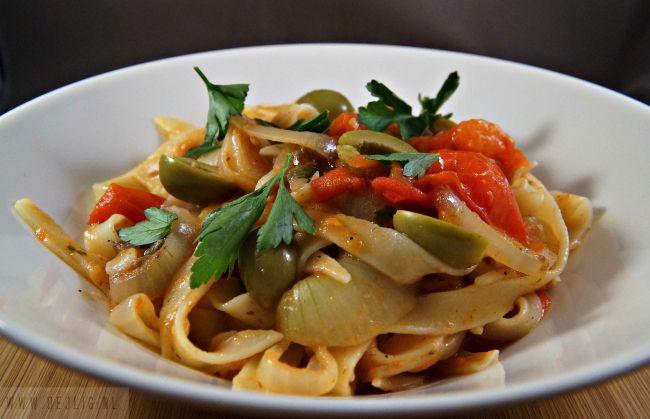 Deze Pasta met verse Ansjovis Tomatensaus en Kappertjes is een heerlijk en gezond recept voor alle dagen van de week. Ik laat je zien hoe je het maakt.