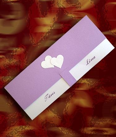 Μακρόστενο προσκλητήριο γάμου κατασκευασμένο από λιλά γκοφρέ χαρτί (τύπου Κανσόν)  Tο κείμενο είναι τυπωμένο σε εσωτερική κάρτα από λευκό μεταλλικό χαρτί.  Η διακόσμηση ολοκληρώνεται με σύνθεση με καρδούλες από λευκό ματαλλικό χαρτί.  http://www.prosklitirio-eshop.gr/?301,gr_celestial-19307