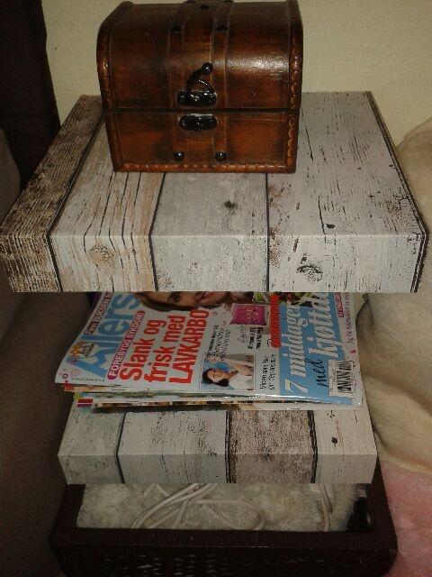 Nattbord - laget enkelt av 2 enkle hyller som er blitt tapetsert,