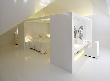 te gek idee om Slaapruimte intiemer en minder groots te maken. Achterzijde bedkant make up ruimte!