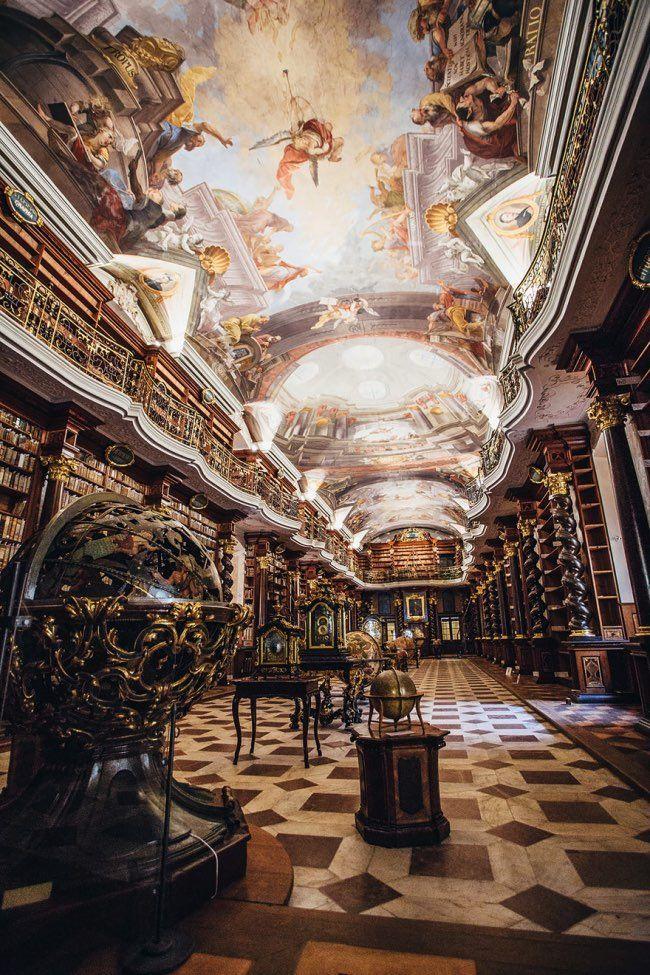 Située dans la Vieille Ville de Prague, le Clementinum (Klementinum en tchécoslovaque) abrite l'une des plus grandes et belles bibliothèques au monde qui a traversé les époques avec ses milliers de livres soigneusement préservés.Splendeur baroque Cet ensemble architectural qui est lors
