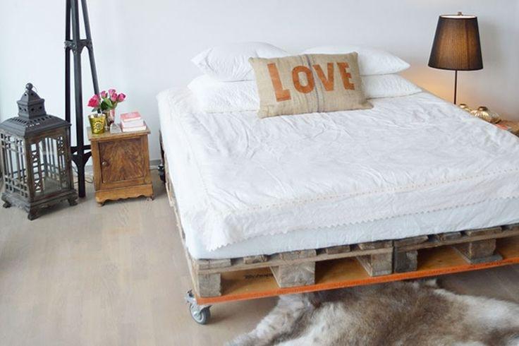 Slapen op een zelfgemaakte bed van pallets | Woonguide.nl #bedroom #interior #diy