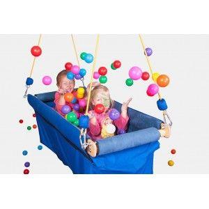 Podwieszana Łódka z Piłeczkami to świetna zabawa. Zastępuje zajmujący wiele miejsca basen z piłeczkami, dodając jeszcze więcej możliwości!