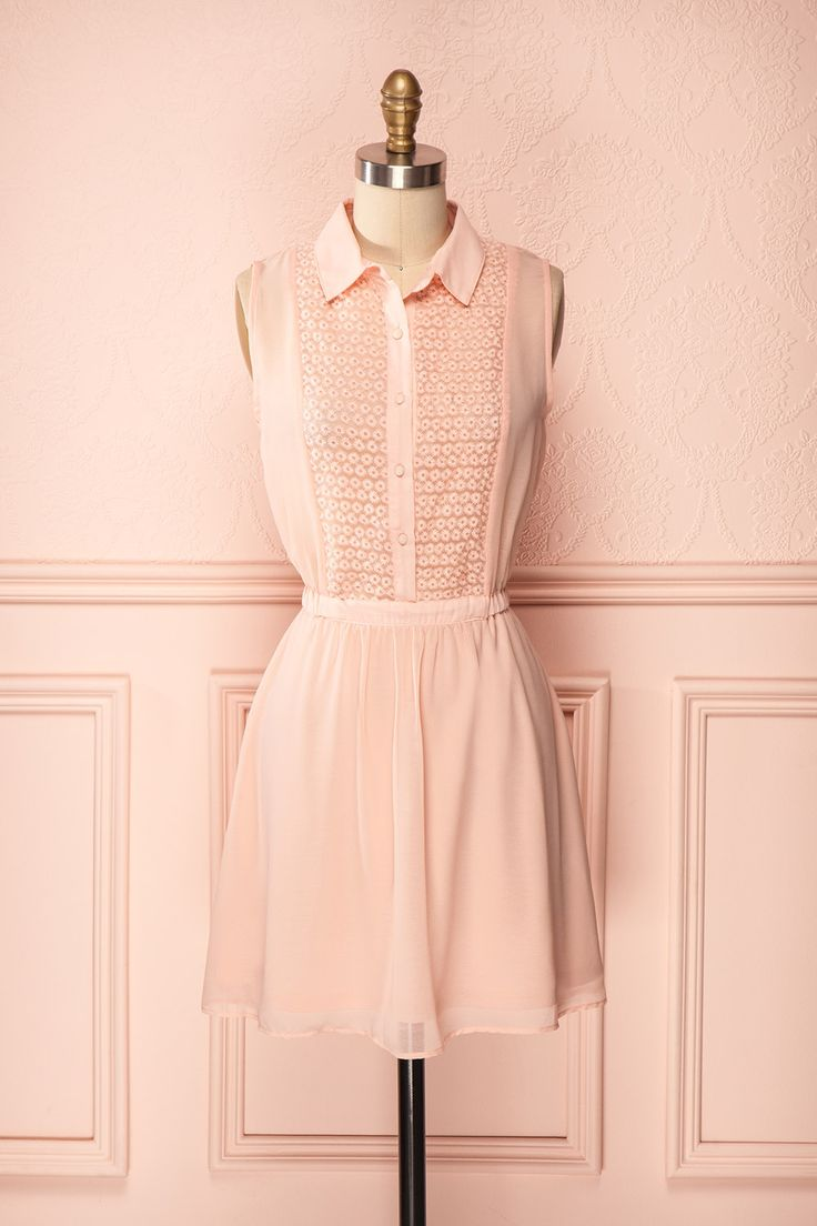 Un petit col boutonné, pour philosopher avec Simone de Beauvoir.  A cute button-down collard shirt to philosophize with Simone de Beauvoir.  Sleeveless collared soft pink dress with front buttons and lace embroidered bust www.1861.ca/collections/printemps