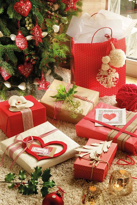 Detalle de regalos envueltos con papel rojo y kraft