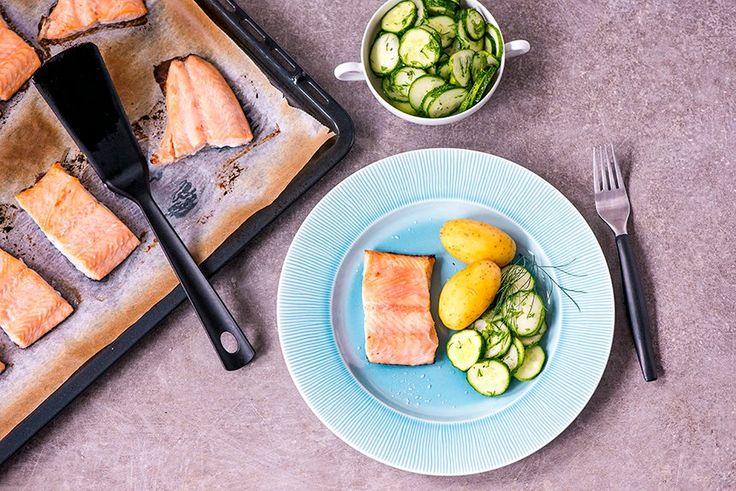 Suomi 100-teemalla valmistettu lohi on upean makuista ja maistuu herkulliselta hölskytyskurkkujen kanssa. Tervasiirappia voit ostaa valmiina. Se sopii mainiosti niin suolaisten kuin makeiden herkkujen