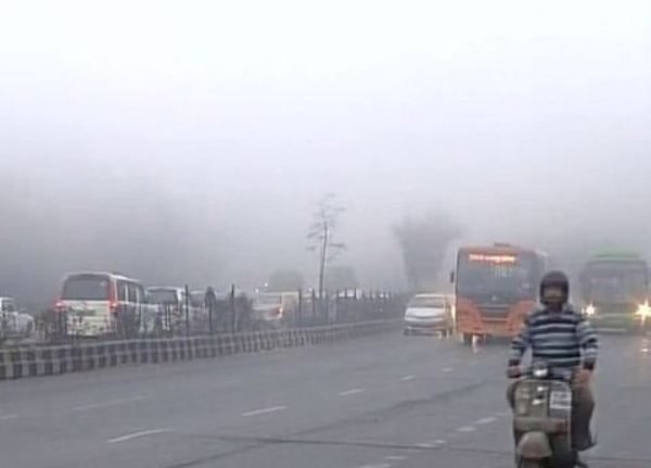 Sachaa News   New Delhi [India], Dec. 8 :  Dense fog engulfed the national capital on Thursday morning leading to biting cold and poor vi...