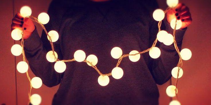 No desperdicies todo el potencial que tienen las luces Navideñas sacándolas sólo una vez al año. Con ellas puedes decorar hermosamente tu habitación o el espacio de la casa que desees. ¡Dale brillo a tu entorno, es súper sencillo! 1. Pinta una palabra o frase en la pared y fija las luces con tachuelas, te …
