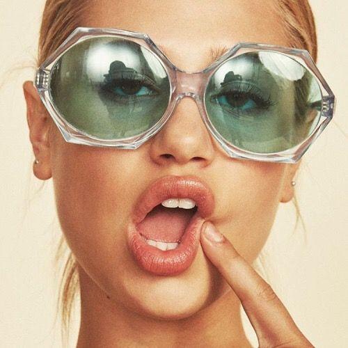 Meredith Mickelson-----.Bellos ojos, mas bellos si ven bien.Controla tu vision cada año.lee nuestro blog Como relajar la vision y otros