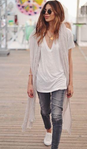 白Tシャツとロングスカーフコーディネート
